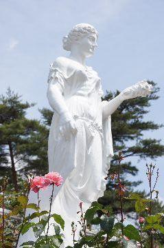 女神の像とクイーンエリザベス