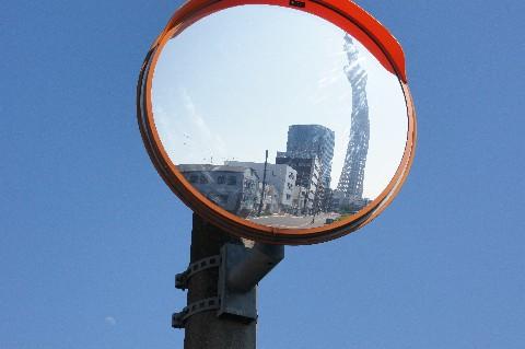 カーブミラーと東京スカイツリーと月と