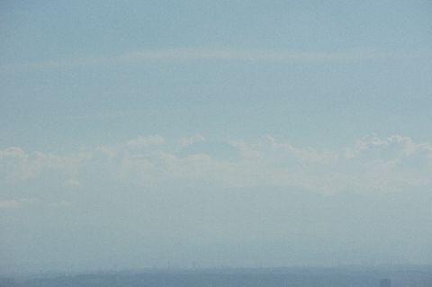 雲の上に顔を出す富士山頂