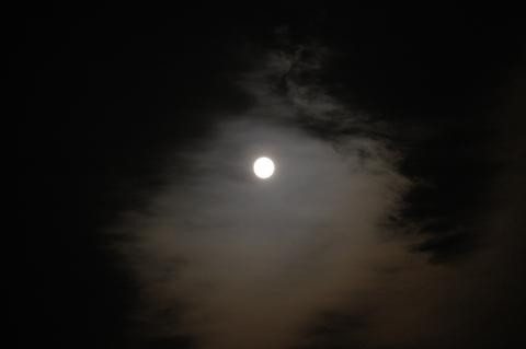 夕方の満月の光環