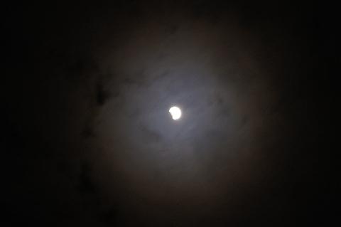欠けている月と光環