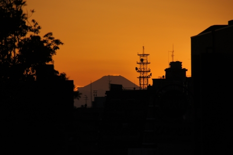 オレンジ色の空の富士山