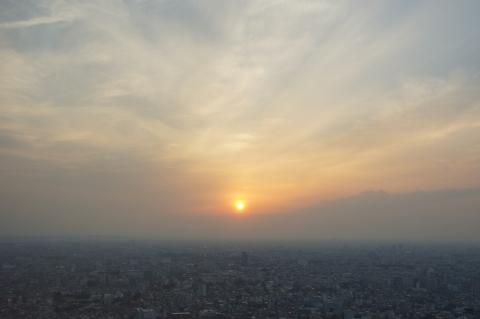 曇り空の夕日