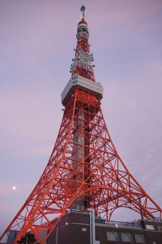 夕焼け空と東京タワーに十三夜の月