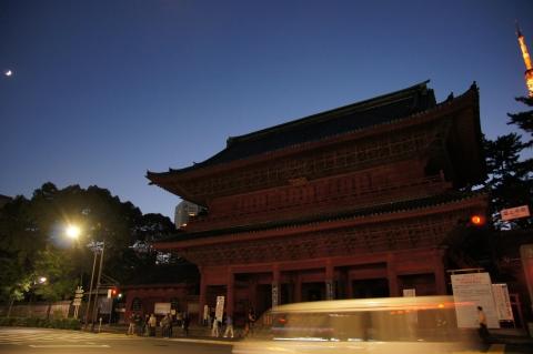 月と増上寺解脱門と東京タワー
