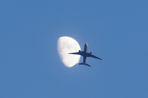 月をつっきる飛行機