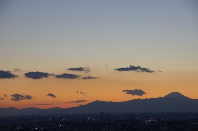 富士山と月齢1の月