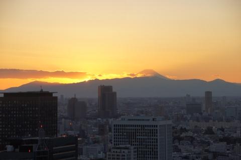 太陽が山に隠れた直後の富士山