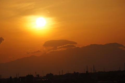 雲が富士山を・・・