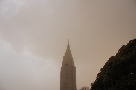 煙霧で霞むドコモタワー