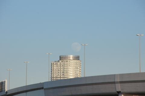 ビルの上の月