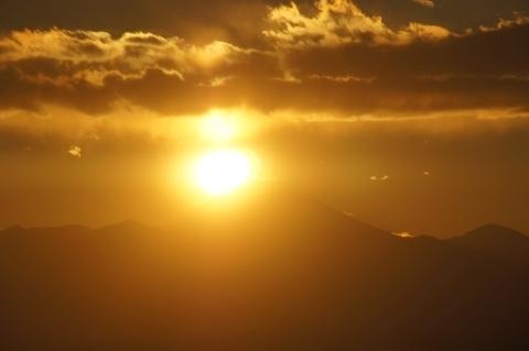 富士山に太陽がかかる寸前