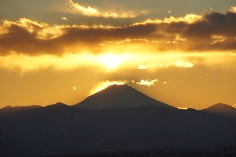 富士山の後ろに沈んだ太陽