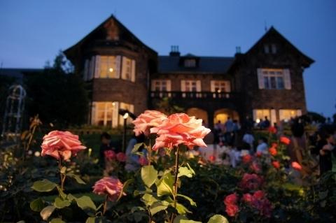 ライトアップされたアロマテラピーという名の薔薇と洋館