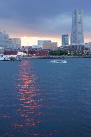 ランドマークタワーと海に描かれた夕日の道