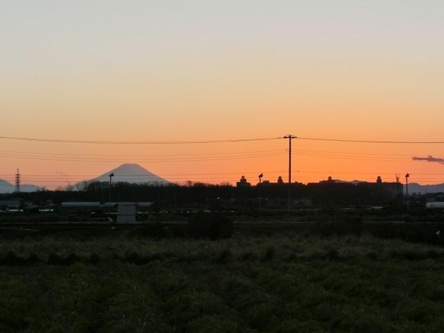 夕暮れ路上富士1