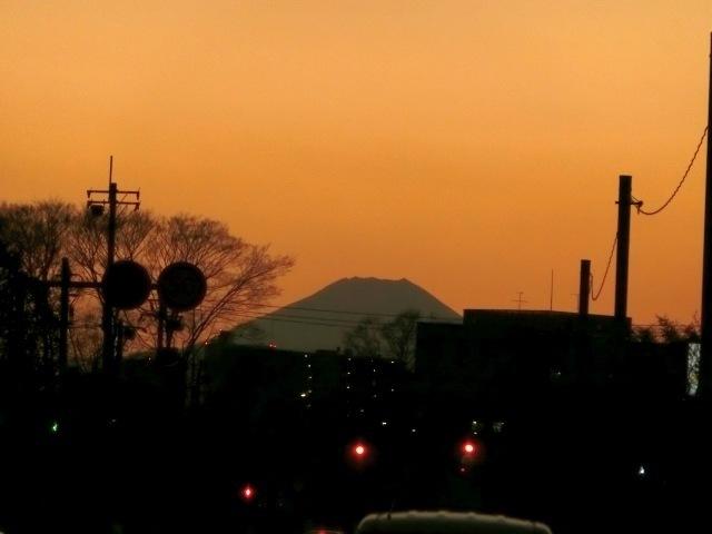 夕暮れ路上富士4