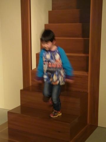 階段から降りてきたの