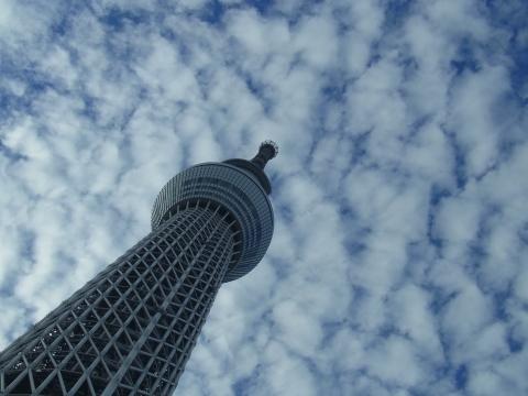 空に吸い込まれる東京スカイツリー
