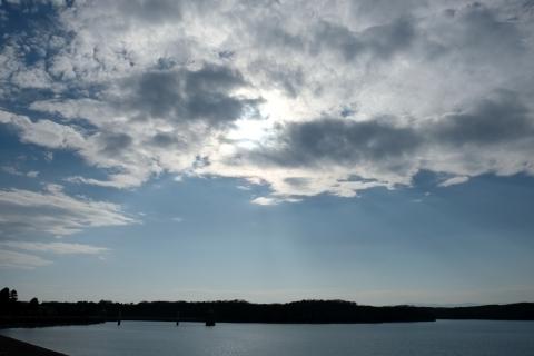 狭山湖に降り注ぐ光芒