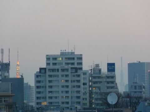 朝焼けの中の東京タワーと東京スカイツリー