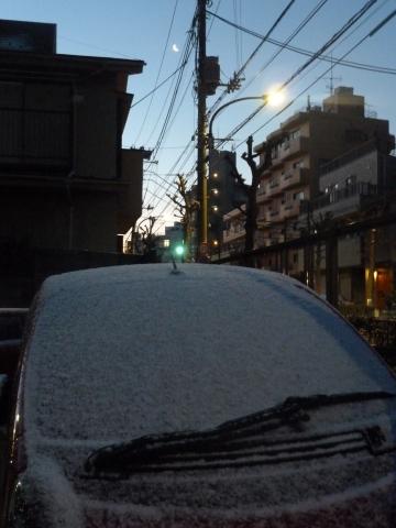 雪が積もる車と二十六夜の月