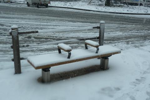 雪に埋もれるベンチ