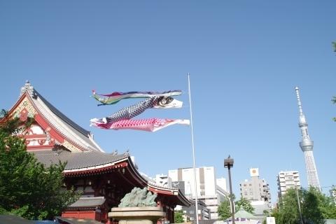 東京スカイツリーにむかって泳ぐ鯉のぼり