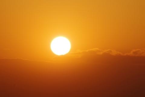 富士山にかかり始めた夕日