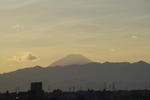波打つ雲と富士山