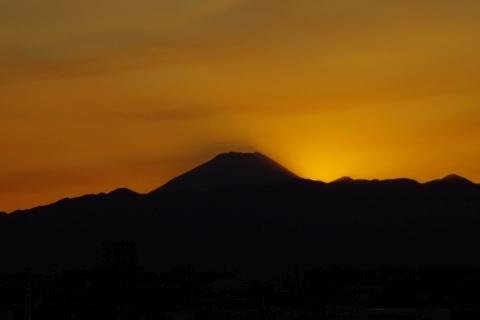 浮かぶ富士山の影