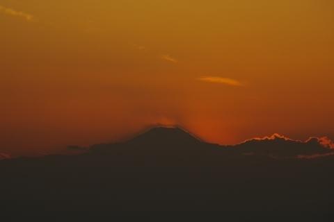 浮かび上がる富士山の影