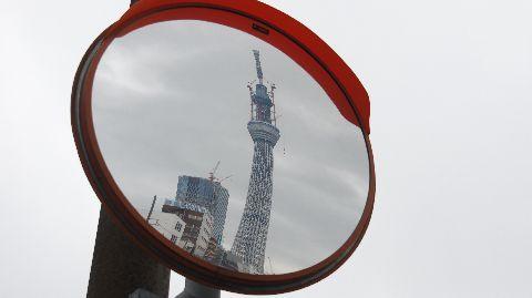 カーブミラーの中の東京スカイツリー