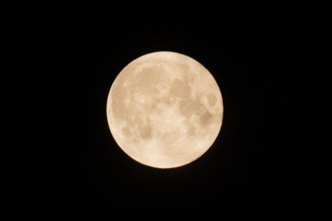 すっきりときれいな5月の満月