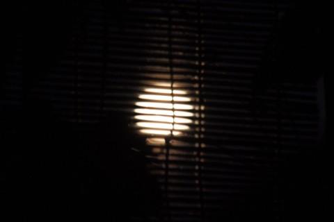 簾の向こうの満月