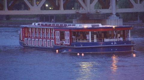 水上バスからも灯篭流し