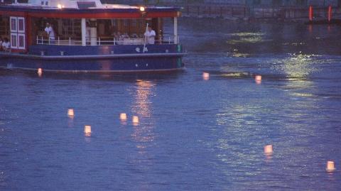 川面を彩る灯篭