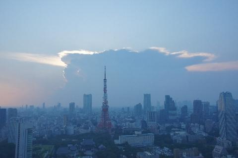 東京タワーと雲