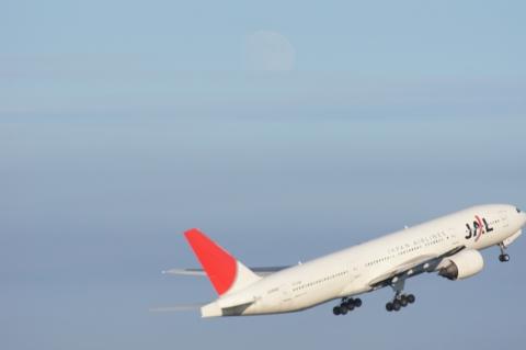JAL機と十三夜の月