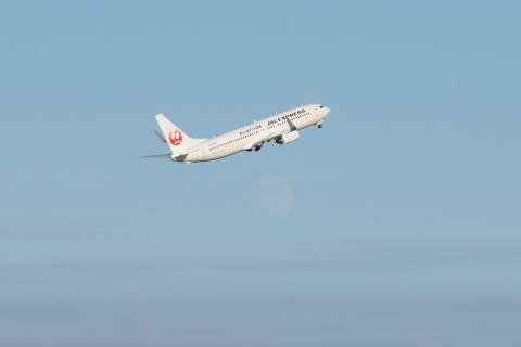 鶴丸JAL機と十三夜の月