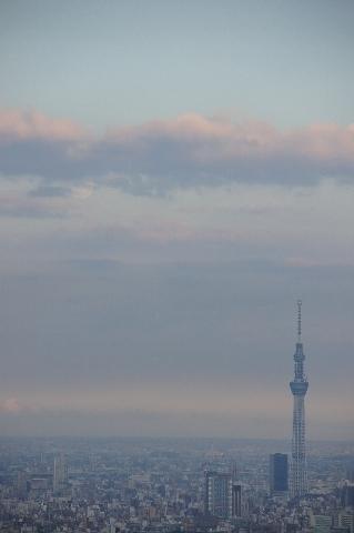 東京スカイツリーと雲にはいる小望月