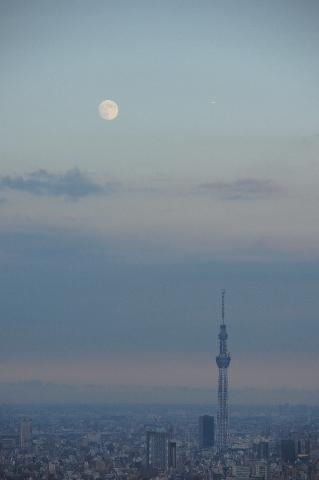 東京スカイツリーと斜め上方の小望月