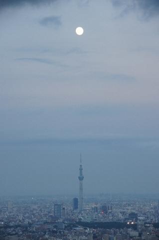 東京スカイツリーの真上の小望月