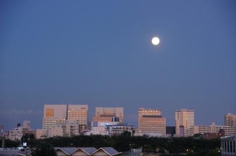 夕暮れの街の中秋の名月