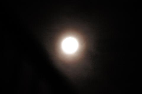中秋の名月と光冠
