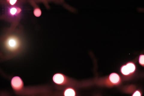 ピンクのイルミネーションと十三夜の月と木星