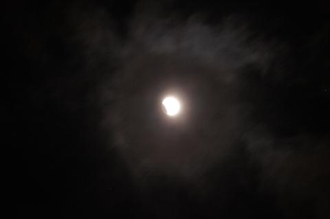 月食と薄雲の光環