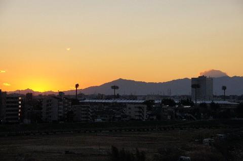 夕暮れ迫る富士山