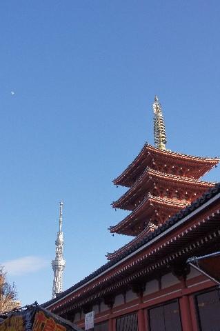 十日月と東京スカイツリーと五重塔