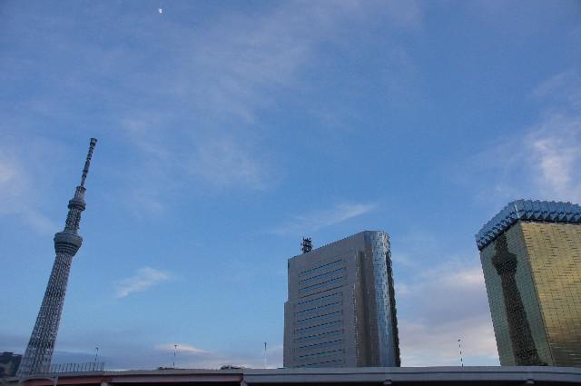 アサヒビールの本社に映る東京スカイツリーと月